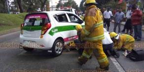 Xalapa, Ver., 22 de septiembre de 2018.- Un hombre en aparente estado de ebriedad, se cayó cuando cruzaba la avenida Ruiz Cortines, unos vehículos pudieron esquivarlo, pero un taxi le aplastó la piernas con la llanta delantera, fue llevado a un hospital para su atención médica.