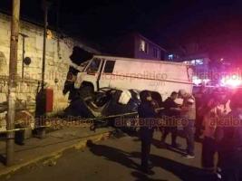 Xalapa, Ver., 22 de septiembre de 2018.- La noche de este sábado se registró un aparatoso choque, sobre la calle Azabache esquina Caracol, en la colonia Manantiales, en donde perdieron la vida un menor y un adulto.