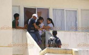 Medellín de Bravo, Ver., 23 de septiembre de 2018.- En el fraccionamiento Lagos de Puente Moreno, una vez que se fue la Policía, decenas de jóvenes con armas blancas catearon varias casas en busca de otros 2 supuestos responsables de la muerte de un colono, la madrugada de este domingo.
