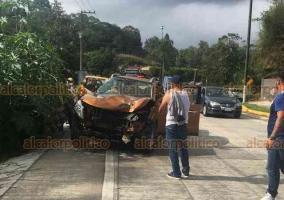 Coatepec, Ver., 23 de septiembre de 2018.- Conductor perdió el control de su camioneta en la carretera Xalapa-Coatepec, a la altura Los Arenales, y chocó con dos palmeras ubicadas sobre el camellón. Peritos de Tránsito del Estado tomaron conocimiento del accidente. No hubo lesionados.