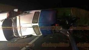 En el libramiento nororiente de la localidad de Cardel en el municipio de La Antigua ocurrió la noche del domingo un fuerte accidente donde colisionó un carro marca Seat y un tractocamión, dejando un muerto y daños materiales cuantiosos.
