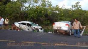 Vega de Alatorre, Ver., 23 de septiembre de 2018.- La tarde del domingo, en la carretera a la altura de Rancho Nuevo, dos automóviles chocaron y murió en el sitio un hombre; también fallecieron dos mujeres que fueron trasladadas al hospital.