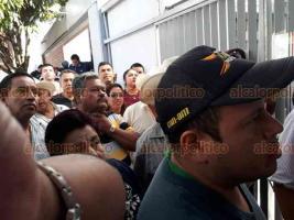 Xalapa, Ver., 24 de septiembre de 2018.- Como los habitantes de Teocelo, agentes municipales, comisariados ejidales y representantes transportistas de 30 comunidades del municipio de Atzalan se manifestaron en la entrada de las oficinas del Centro SCT por obras inconclusas.
