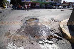 Veracruz, Ver., 25 de septiembre de 2018.- El socavón en la esquina de Miguel Hidalgo y Esteban Morales fue reparado por Grupo MAS; sin embargo, no pasó mucho tiempo y actualmente el agujero volvió a formarse, además de que hay una fuga de agua.