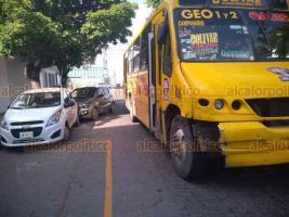 Boca del Río, Ver., 25 de septiembre de 2018.- Doble accidente vial en la avenida Ruiz Cortines, la tarde de este martes. Uno fue entre un automóvil y un autobús del transporte público; una persona resultó con golpes. En el otro, una camioneta invadió carril y se estrelló contra un poste.