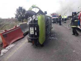 Amozoc, Pue., 14 de octubre de 2018.- Tráiler impactó de frente a ADO, en la autopista Puebla-Orizaba, luego de que supuestamente una camioneta le cerrara el paso. Tras el choque se incendiaron los vehículos. Se reportó que murió el chofer del tractocamión y al menos 15 personas resultaron heridas.