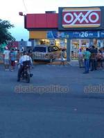 Veracruz, Ver., 14 de octubre de 2018.- Una camioneta se estrelló contra la fachada de una tienda Oxxo, en Lomas del Vergel. Al sitio se movilizaron elementos de Tránsito y de la Policía.
