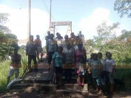 Medellín de Bravo, Ver., 15 de octubre de 2018.- El puente ubicado en la comunidad de La Joya se encuentra en pésimo estado. Por él circulan los niños que van a la escuela y adultos de otras localidades, como Paso Colorado y Las Flores.