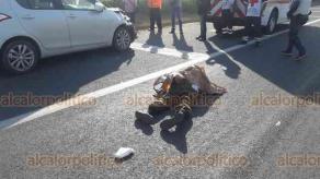 Veracruz, Ver., 15 de octubre de 2018.- En la autopista Veracruz-Cardel, a la altura del Relleno Sanitario, frente al retorno hacia Geo Los Pinos, al norte de la ciudad, un automóvil chocó con un motociclista, quien murió. Al sitio llegaron elementos de la Cruz Roja, SSP y Fiscalía.