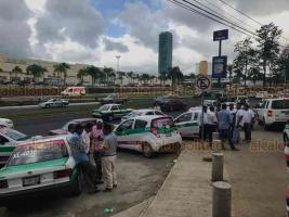 """Xalapa, ver., 16 de octubre de 2018.- Taxistas se pelean por hacer sitio en la SEV, los """"Caguamos"""" intentan quitar a integrantes de """"Taxilandia"""" de donde han trabajado varios años, ambos grupos son agremiados de la CROC."""