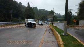 Coatepec, Ver., 16 de octubre de 2018.- Como ya es costumbre, por la lluvia de este martes se registraron 4 accidentes en el bulevar Xalapa-Coatepec, a la altura del río Sordo, por pavimento resbaladizo.