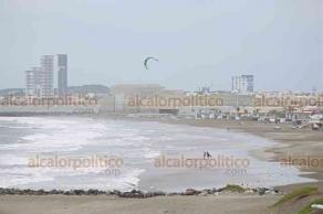 Boca del Río, Ver., 16 de octubre de 2018.- Amantes de los deportes extremos aprovecharon la fuerte marejada que provocó la entrada de un frente frío para practicar kitesurfing en la Playa Santa Ana.