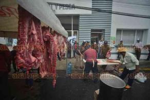 Xalapa, Ver., 17 de octubre de 2018.- Integrantes de la Unión Campesina Indígena Nacional, mataron un cerdo e hicieron