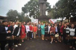 Xalapa, Ver., 17 de octubre de 2018.- El dirigente estatal del PRI, Américo Zuñiga, encabezó una guardia de honor por el 65 aniversario del derecho de la mujer a votar, en el monumento a Adolfo Ruiz Cortines.