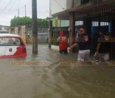 Cosoleacaque, Ver., 17 de octubre de 2018.- Para brindar auxilio a los habitantes inundados, se trabaja en coordinación con la Secretaría de la Defensa Nacional en el Plan MX para habilitar albergues.