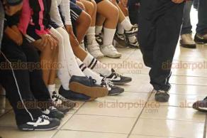 Veracruz, Ver., 17 de octubre de 2018.- En algunas escuelas de la ciudad, padres de familia y directivos han acordado que todos los alumnos utilicen el mismo modelo y marca de calzado deportivo, ya sea por económico o por moda.