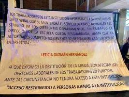 """Xalapa, Ver., 18 de octubre de 2018.- Padres de familia toman las instalaciones de la Secundaria General Número 1 """"Sebastián Lerdo de Tejada"""", ubicada en la avenida Miguel Alemán; exigen la destitución de la Directora, pues dicen afecta los derechos laborales de los trabajadores en función."""