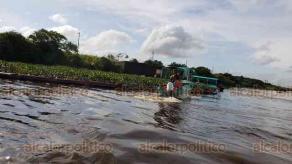 Coatzacoalcos, Ver., 18 de octubre de 2018.- Por las lluvias que trajo el Frente Frío número 6, la contaminación del río se ha esparcido y además del lirio y el agua, los manglares y hasta los animales se han visto afectados.
