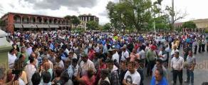 Córdoba, Ver., 18 de octubre de 2018.- Cientos de taxistas iniciaron un paro de brazos caídos para exigir que frenen el hostigamiento al gremio. Concesionarios y operadores se apostaron sobre las calles, reclamaron a otros choferes que no se sumaran al paro.