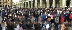 Córdoba, Ver., 18 de octubre de 2018.- Alumnos de la Escuela Secundaria y de Bachilleres de Artes y Oficios marcharon de forma silenciosa y se manifestaron en el zócalo de la ciudad para denunciar que viven con miedo ante los crímenes en el municipio.