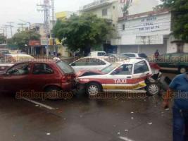 Veracruz, Ver., 19 de octubre de 2018.- Luego de una carambola en la avenida Miguel Alemán, uno de los conductores involucrados, en presunto estado de ebriedad, se tornó violento, interviniendo personal de la Policía Estatal y Naval.