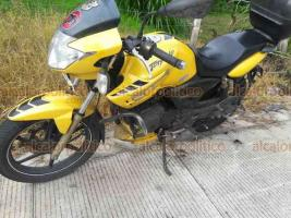 Coatepec, Ver., 19 de octubre de 2018.- Como le ha ocurrido a varios vehículos más, un motociclista derrapó en la carretera Xalapa-Coatepec a la altura de Los Arenales. Paramédicos lo atendieron sin que requiriera ser llevado a un hospital.