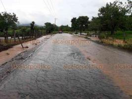 Minatitlán, Ver., 19 de octubre de 2018.- Las lluvias de las últimas horas incomunicaron a los poblados 12, 13, 14, 15 y 16 del Valle de Uxpanapa; también han dejado inundadas a familias de Cosoleacaque, Zaragoza y Chinameca.