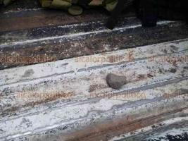 Omealca, Ver., 19 de octubre de 2018.- En la localidad Miguel Hidalgo policías, marinos y soldados fueron agredidos con palos y piedras por pobladores que intentaban evitar el decomiso de gasolina robada. No hubo heridos, sólo patrullas dañadas.