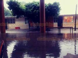 Tatahuicapan de Juárez, Ver., 20 de octubre de 2018.- Además de la cabecera municipal que resultó con graves daños por el desbordamiento del arroyo Tatahuicapan, hay varias comunidades que también se encuentran incomunicadas, porque el río Tezizapan también se desbordó.