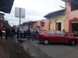 Coatepec, Ver., 20 de octubre de 2018.- Comerciantes establecidos bloquean la calle Constitución en protesta porque no se respetó acuerdo de estacionamiento durante fines de semana que les permitiría incrementar sus ventas.