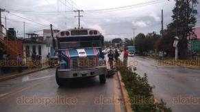 Coatepec, Ver., 20 de octubre de 2018.- Conductor de un camión del transporte público invadió el carril de circulación de un motociclista, provocando que este chocara contra el costado izquierdo de la pesada unidad y derrapara, sobre el bulevar María Enriqueta, no hubo lesionados de gravedad.