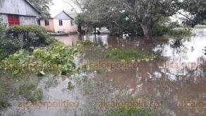 Saltabarranca, Ver., 20 de octubre de 2018.- El agua ya ingresó a viviendas; pobladores han levantado sus muebles para evitar que se mojen y se echen a perder.