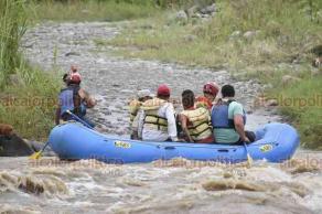 Martínez de la Torre, 21 de octubre de 2018.- Alrededor de las 13:00 horas, personal de rescate acuático logró salvar a pescadores y caninos que quedaron atrapados por la crecida del río Bobos.