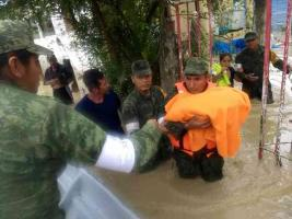 Álamo Temapache, Ver., 21 de octubre de 2018.- Personal de la 19/a. Zona Militar  de Tuxpan, continúa aplicando el Plan DN III evacuando a las familias afectadas por las inundaciones ocasionadas por las fuertes lluvias.