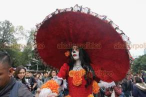 Ciudad de México, 21 de octubre de 2018.- Miles de catrinas y catrines desfilaron del Ángel de la Independencia al Palacio de Bellas Artes en la Mega Procesión en el marco de la festividad de Día de Muertos.