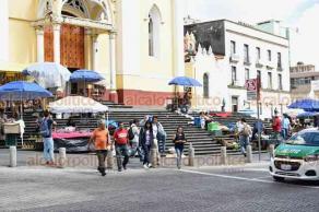 Xalapa, Ver., 22 de octubre de 2018.- Vendedores ambulantes se colocaron sobre las escalinatas de la Catedral en vísperas a la celebración a San Rafael Guízar y Valencia.