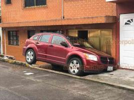 Xalapa, Ver., 22 de octubre de 2018.- Conductora de una camioneta perdió el control cuando circulaba sobre la calle Paricutín, se subió a la banqueta y se impactó contra una vivienda, no hubo lesionados.