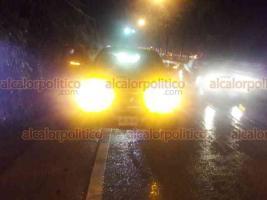 Xalapa, Ver., 22 de octubre de 2018. Conductor de camioneta Nissan color rojo, perdió el control del vehículo mientras circulaba sobre la carretera Xalapa-Coatepec, a la altura de Río Sordo; la unidad quedó atravesada sobre la vía y golpeó otro vehículo, no hubo heridos.