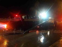 Xalapa, Ver., 22 de octubre de 2018. Conductor de camioneta Nissan roja perdió el control del vehículo cuando iba por la carretera Xalapa-Coatepec, a la altura de Río Sordo; la unidad quedó atravesada en la vía y golpeó a otro vehículo, no hubo heridos.
