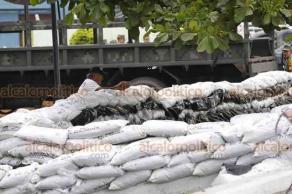 Tlacotalpan, Ver., 23 de octubre de 2018.- La crecida del río Papaloapan ha provocado anegaciones en varias comunidades. Ejército Mexicano refuerza los bordes del río con costales de arena.