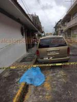 Xalapa, Ver., 23 de octubre de 2018.- La tarde de este martes un transeúnte falleció en la calle Azueta, esquina con Victoria, en la zona Centro, al parecer por un infarto; policías acordonaron el área.