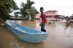 Cosamaloapan, Ver., 23 de octubre de 2018.- Habitantes de este municipio dicen tener miedo de que nuevamente incremente el río Papaloapan, pues actualmente ya viven inundados. Incluso la construcción de un centro comercial se encuentra anegada.