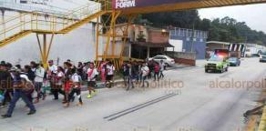 Coatepec, Ver., 23 de octubre de 2018.- Minutos antes de las 19:00 horas fue cerrado el carril del bulevar Coatepec-Xalapa que va hacia la capital. Por la vialidad avanzan procesiones que se dirigen a la Catedral Metropolitana.