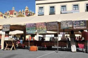 Xalapa, Ver., 12 de noviembre de 2018.- Tras la prohibición del Ayuntamiento de venta de libros en Plaza Lerdo, libreros colocan carteles en donde informan sobre la cooperación voluntaria o trueque.
