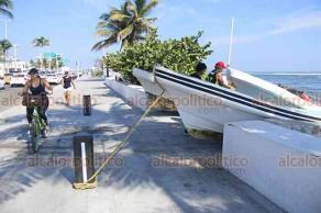 Veracruz, Ver., 12 de noviembre de 2018.- Pescadores resguardan sus embarcaciones sobre el bulevar Ávila Camacho, para evitar pérdidas materiales ante la entrada del Frente Frío 10. Se esperan vientos de hasta 130 kilómetros por hora.