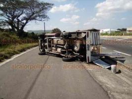 Veracruz, Ver., 12 de noviembre de 2018.- En autopista Veracruz-Cardel, a la altura del relleno sanitario, volcó una camioneta de redilas y se dañó un costado. Acudieron SSP y Policía Federal.