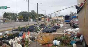 """Veracruz, Ver., 13 de noviembre de 2018.- En la avenida Díaz Mirón, un tianguis de flores de comerciantes de la sierra fue destruido por el """"Norte"""" que entró este martes."""