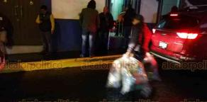 Xalapa, Ver., 13 de noviembre de 2018.- Hasta cobijas llevaron a quienes se instalaron la tarde-noche de este martes en las oficinas del Comité Directivo Estatal del PAN. Los inconformes con la reelección de José Mancha vigilarán los paquetes y el recuento de votos.