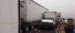 Fortín, Ver., 14 de noviembre de 2018.- Alrededor de las 14:00 horas chocaron dos tráileres y dos camionetas, los cuatro vehículos con caja seca, una camioneta Ford Explorer, una Jeep y una Toyota Rav, en la autopista Orizaba- Córdoba, antes de la caseta de cobro.