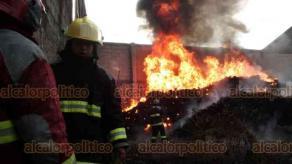 Veracruz, Ver., 15 de noviembre de 2018.- La tarde de este jueves se incendió en la colonia El Coyol una bodega de gomas que se colocan como topes en las carreteras o estacionamientos. Bomberos y personal de Protección Civil controlaron las intensas llamas.